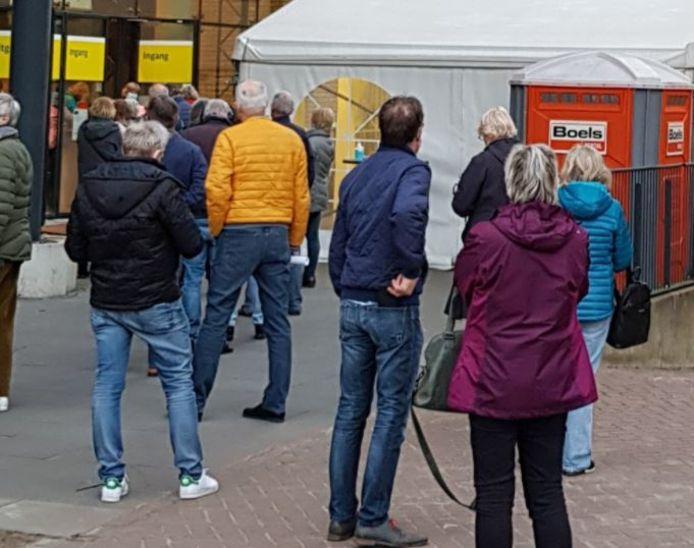 Door een snelle actie kon Radboudumc 194 medewerkers van 60-plus vaccineren met entstof die tot 21.30 uur te gebruiken was.
