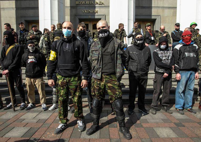Leden van de ultrarechtse groep Rechtse Sector vandaag voor het parlementsgebouw in Kiev in Oekraïne. Beeld REUTERS
