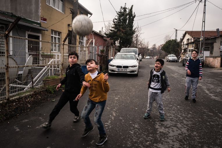 Jongens voetballen op straat in Küçük Armutlu. Beeld Zolin Nicola