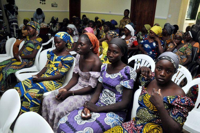 In mei 2017 worden 82 Chibok-meisjes naar meer dan drie jaar gegijzeld te zijn geweest door Boko Haram vrijgelaten. Hier wachten ze op een ontmoeting met de president van Nigeria, Muhammadu Buhari op 7 mei 2017.   Beeld AP