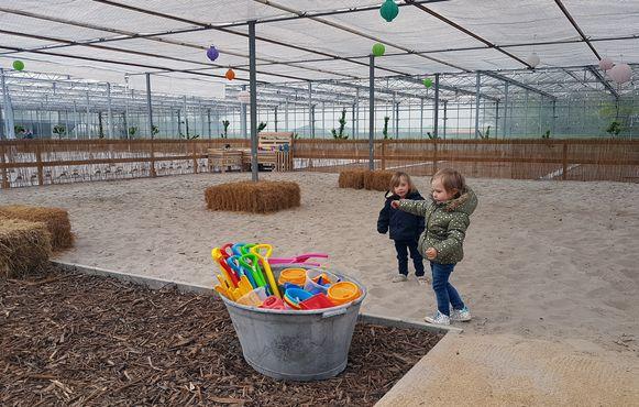 Kinderen kunnen naar hartenlust spelen in de grote zandbak.