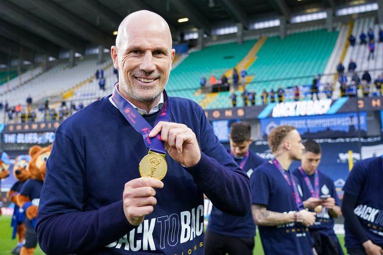 Philippe Clement toont zijn medaille bij de titelviering in Brugge. Beeld Photo News