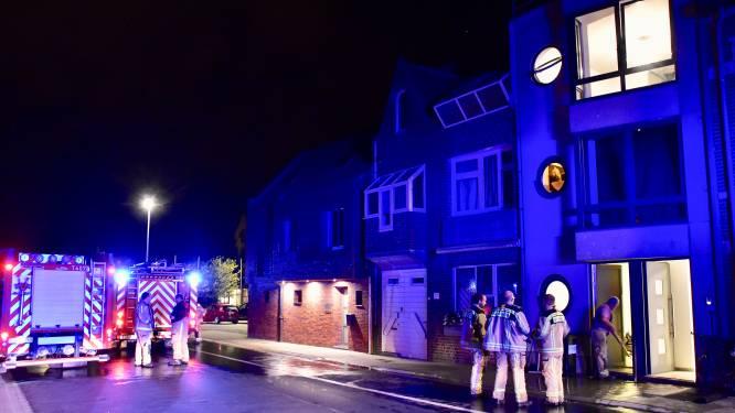 Kunststoffen terrasvloer van appartement vat vuur door slecht gedoofde sigaret: bewoner en personeel hotel Ariane blussen brand