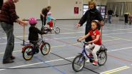 Kinderen kunnen leren fietsen onder begeleiding