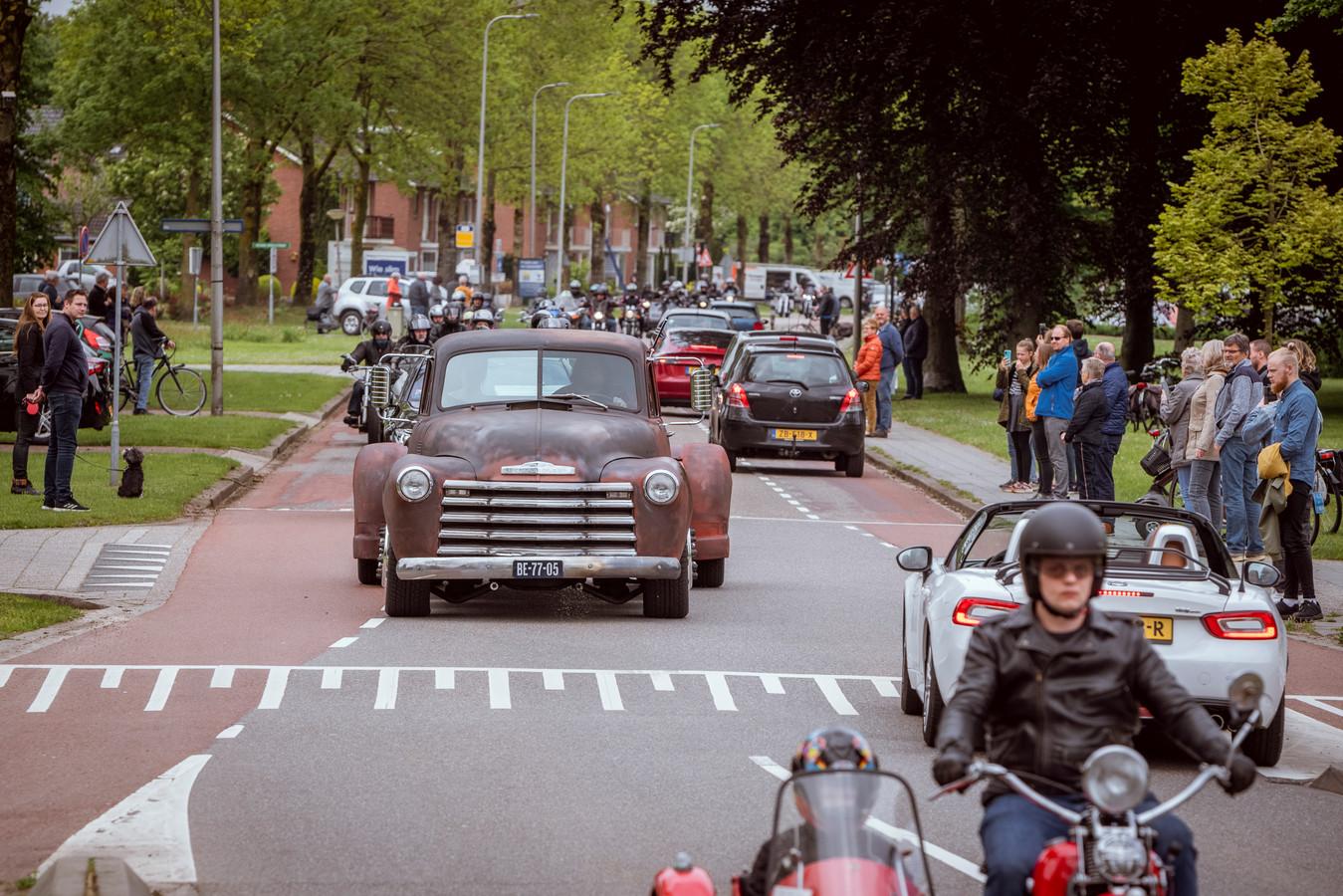 Honderden motorrijders begeleidden de oude pick up-truck waarop de kist van Frits Volkerink stond, van Ommen naar Hardenberg. De stoet trok veel bekijks in Ommen.