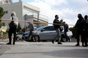 Politie bij de woning van Griekse journalist Giorgos Karaivaz. Hij werd in april dit jaar vermoord.