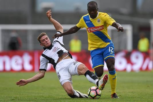 Heracles Almelo-speler Robin Gosens probeert de bal te veroveren tegen FC Arouca.
