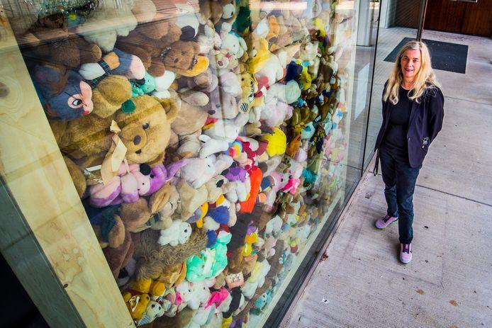 """Vijfhonderd knuffels in een glazen wand, als herinnering aan de vuurwerkramp op 13 mei 2000. """"Mensen zoeken iets zachts en teders om tegenover dat leed te zetten, äldus Monique Bosman."""