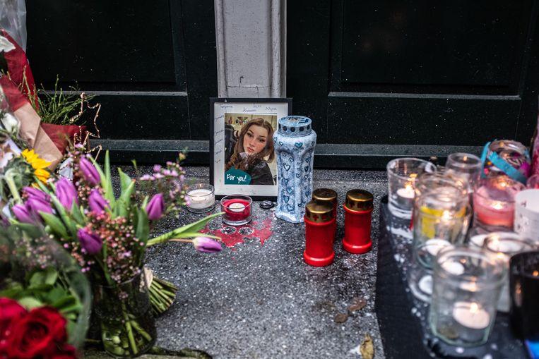 Kaarsjes en bloemen voor het huis van Famke in de Eerste Atjehstraat.  Beeld Joris van Gennip