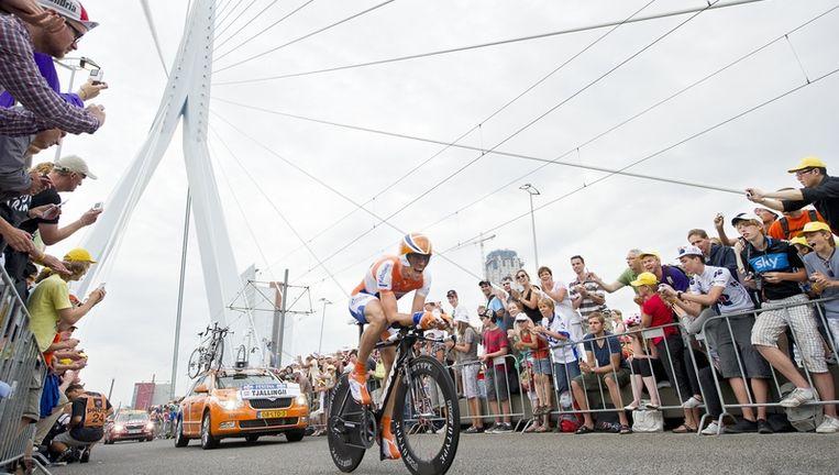 Maarten Tjallingii van de Raboploeg komt zaterdag over de Erasmusbrug tijdens de proloog van de Tour de France. Foto ANP Beeld