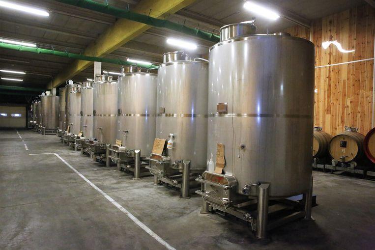 In deze tanks van 3 Fonteinen in de opslagplaats in Lot rust de kriek.