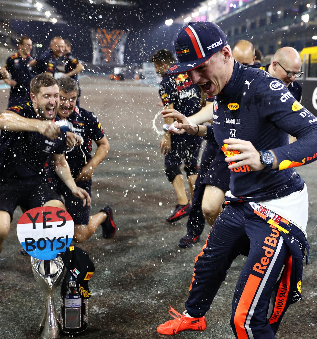 Max Verstappen en enkele van de monteurs van Red Bull vieren het einde van het F1-jaar.  Beeld Getty