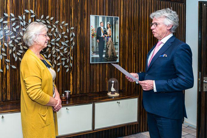 Josan Meijers wordt geïnstalleerd als waarnemend burgemeester van Buren door commissaris van de Koning John Berends.