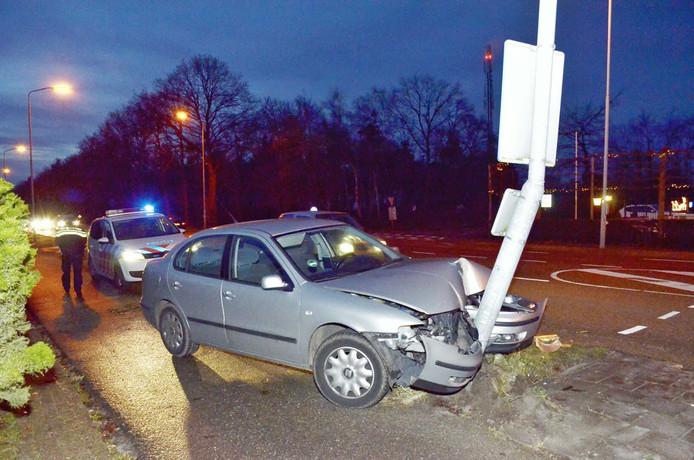 De auto raakte flink beschadigd bij het verkeersongeluk op de Rijksweg in Hulten.