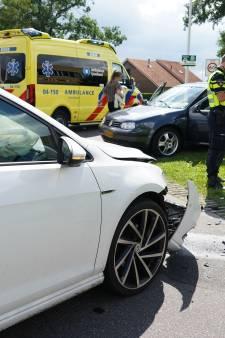Ongeval in Hardenberg: een gewonde naar het ziekenhuis, twee auto's met fikse schade