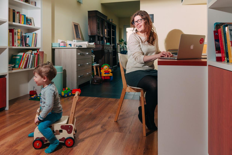 Laure Van Hoecke geeft vormingen voor Mediawijs en werkt soms van thuis uit. Beeld Illias Teirlinck