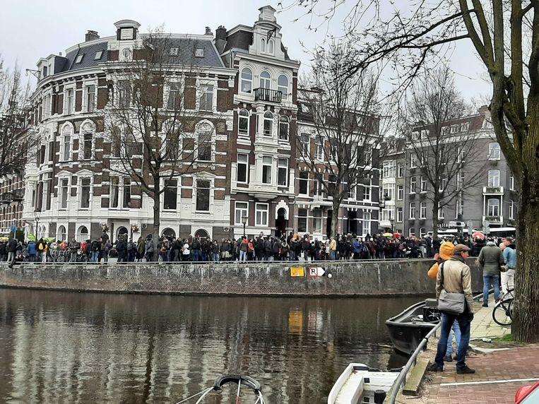 Op de Leidsekade wordt een groep betogers door de politie tegengehouden. Beeld Marc Kruyswijk