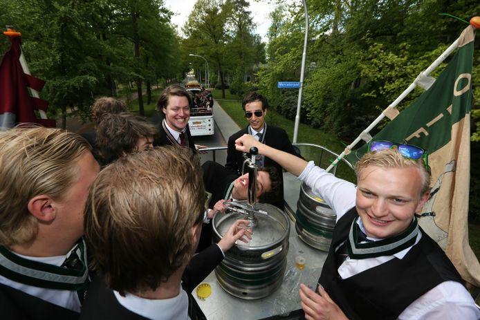 Studenten van Carolus Magnus vieren het 85-jarig bestaan van de studentenvereniging.