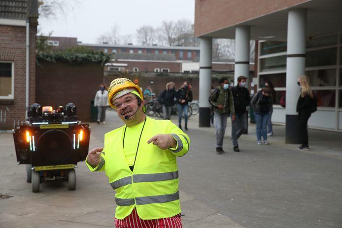 Clown Milko Steijvers wijst leerlingen van het Jan van Brabant College in Helmond op de 1,5 meter.