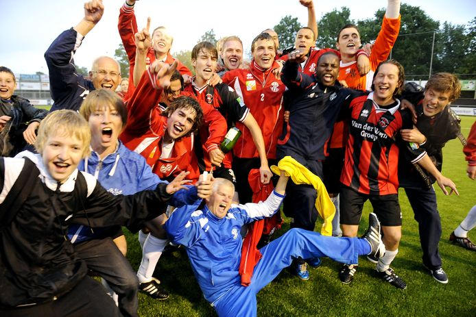 Feestvreugde bij de spelers van ARC nadat vanaf de strafschopstip het Groningse Be Quick 1887 is verslagen.