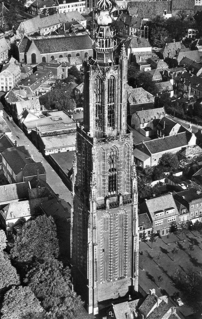 De Onze Lieve Vrouwetoren, met aan haar voet de Krankeledenstraat, werd in de 15de eeuw gebouwd met offergaven van pelgrims. Op 7 februari 1651 werd de toren na een blikseminslag gered door het razendsnelle optreden van stadstimmerman Lenaert Nicasius.