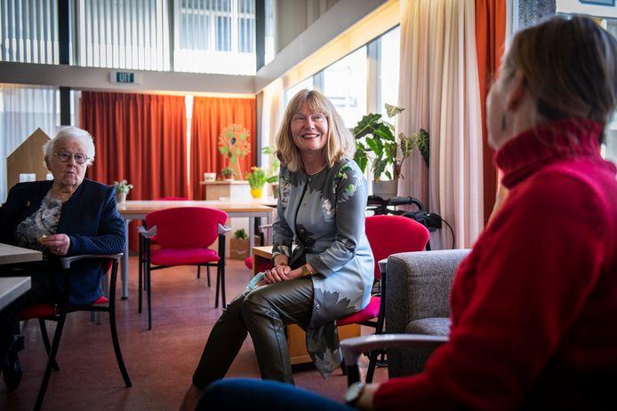 Wethouder Corine Verver op bezoek bij een koffie inloopmoment van De Spil.