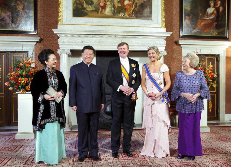 De Chinese president Xi Jinping, zijn vrouw Peng Liyuan, Koning Willem-Alexander, Koningin Maxima en voormalig Koningin Beatrix in 2014. Beeld Hollandse Hoogte / Imago Stock