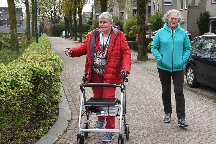 Margo Kollee (links) vond haar wandelmaatje Francine Verhoeven via Samen Sint Anthonis, een online platform.