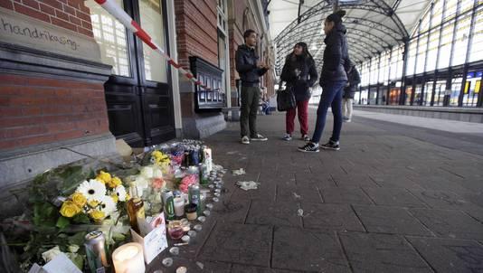Bloemen op station Den Haag Holland Spoor ter nagedachtenis aan de doodgeschoten jongen Rishi.
