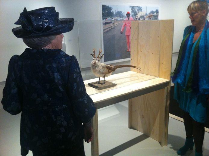 Prinses Beatrix bekijkt het werk van Ted Nooten
