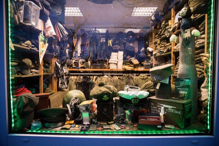 De eigenaar van deze winkel met militaire accessoires te Schwerin was lid van Nordkreuz. Beeld NYT