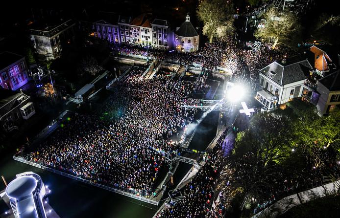 Het kruis wordt door de straten van Dordrecht gedragen tijdens de negende editie van The Passion van de Evangelische Omroep (EO).