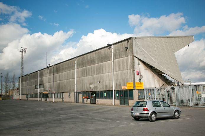 Het compleet in verval geraakte voetbalstadion Puyenbeke aan de Watermolenstraat moet plaats ruimen voor de bouw van een gloednieuw zwembad.