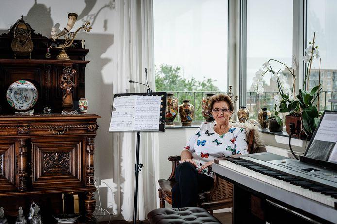 Joke Meijer groeide de afgelopen maanden uit tot bekendheid. Als Orgel Joke speelt ze liedjes op haar keyboard.
