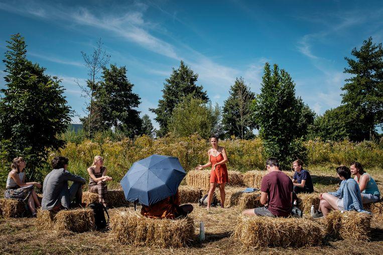 Deelnemers aan het klimaatkamp van Extinction Rebellion in natuurgebied Lutkemeer, bij Amsterdam. Beeld Patrick Post