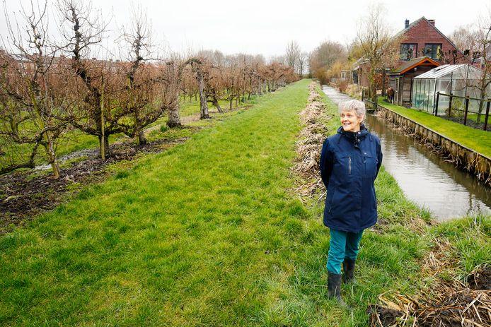 Ineke Kool is één van de initiatiefnemers van de petitie tegen woningbouw in de perenboomgaard. Op de achtergrond haar eigen woning.