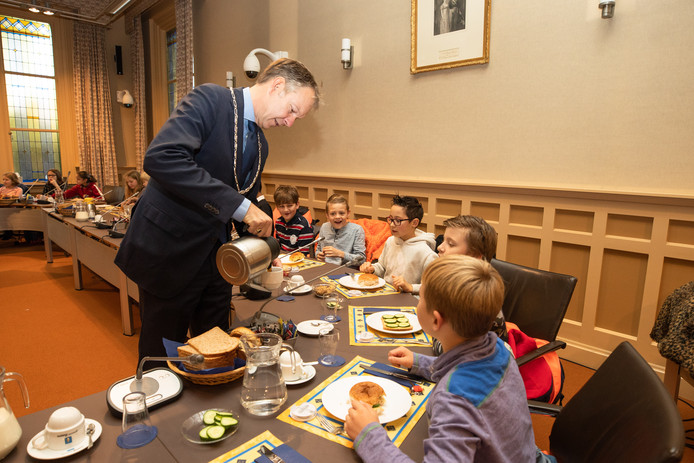 Burgemeester Roëll zorgt voor een kopje thee.