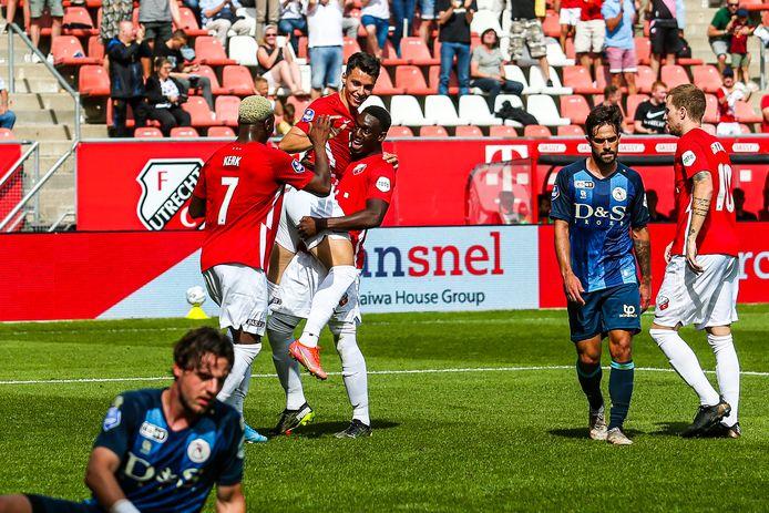 Anastasios Douvikas wordt gefeliciteerd na de 3-0.