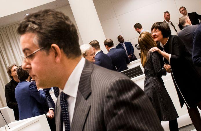Voormalig D66-raadslid Rachid Guernaoui (links) staat de pers te woord kort nadat hij de strijd om het wethouderschap verloren heeft van partijkandidaat Saskia Bruines (rechts). <br />