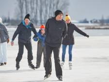Eerste schaatsfanaten wagen paar slagen op het ijs