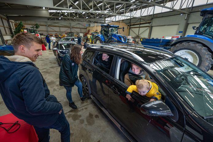 Dianne van Rijn (16) uit Elspeet laat zich vanaf de achterbank bijpraten over de opleiding aan Aeres hogeschool in Dronten. De school organiseerde zaterdag een drive-thru om toekomstige studenten sfeer te laten proeven op school.