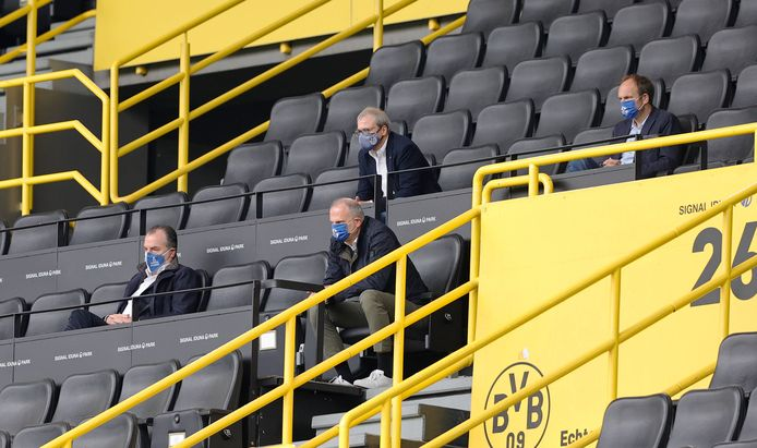 De directie van Schalke zit netjes anderhalve meter van elkaar af bij het duel met Borussia Dortmund