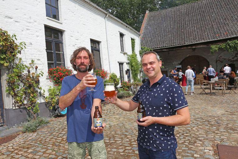 Brouwers Frank Peelman en Bart Van Damme toosten op het succes van het nieuwe bier.