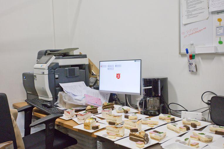 In het kantoor hebben ze de schoteltjes met het dessert gezet.  Beeld Otto Snoek