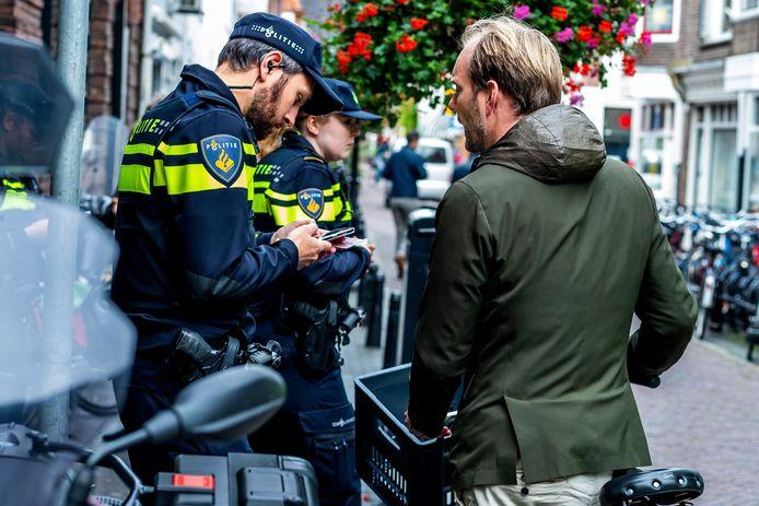 Politieagenten en boa's in Twente kunnen vanaf eind deze week boetes uitdelen bij overtreding van de coronamaatregelen.