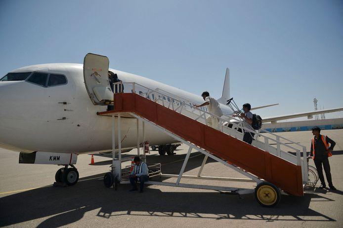 Passagiers gaan aan boord van een commercieel vliegtuig in de Herat-luchthaven van Kaboel.