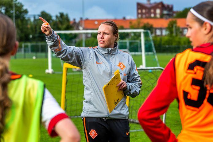 Oud-profvoetbalster Hélène Heemskerk traint Leeuwinnen in wording.
