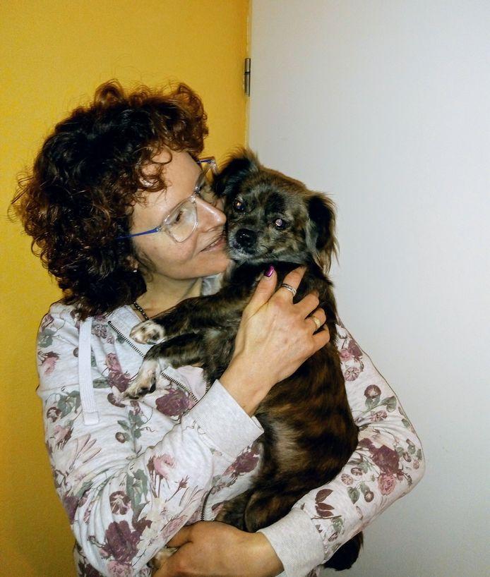 Mariska Overdorp met Trumpie, haar tijdelijke opvanghond uit Roemenië.