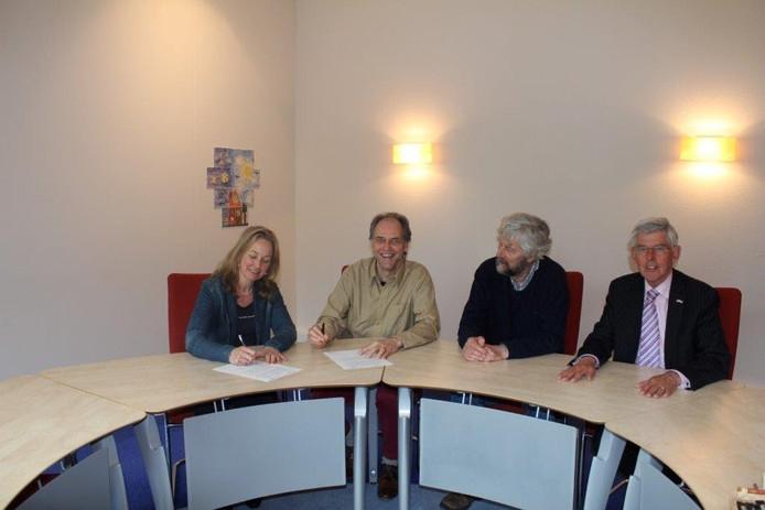 De ondertekening van de overeenkomst tussen milieuvereniging Het Groene Hart en de gemeente Sint-Michielsgestel. v.l.n.r gemeentesecretaris Dagmar van Deurzen, Helmus Boons en Adriaan van Abeelen van Het Groene Hart en de Gestelse burgemeester Jan Pommer.