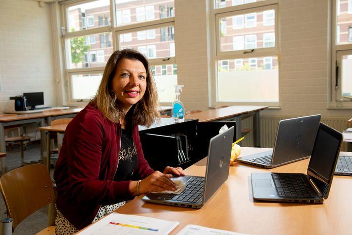 Marlous Postma van basisschool De Regenboog in Apeldoorn reinigt de laptops, zodat ze weer gebruikt kunnen worden door de leerlingen.